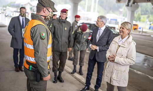 Ministerin auf Lokalaugenschein: Tanner im Gespräch mit der Miliz
