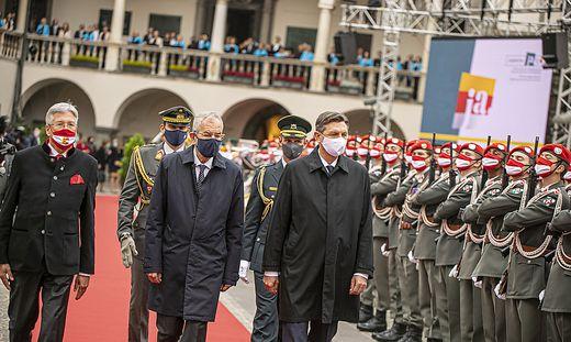 Die Präsidenten Pahor und Van der Bellen und Landeshauptmann Kaiser im Landhaushof