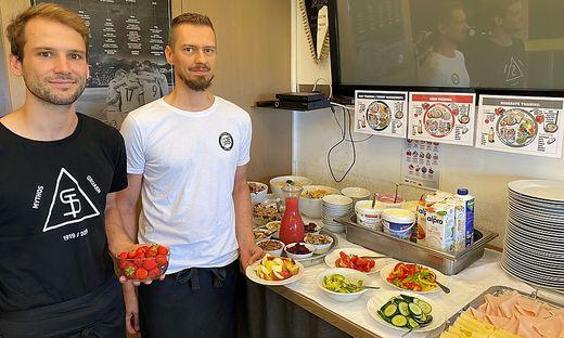 Georg Sturm (links) und Daniel Oswald sorgen für das leibliche Wohl des SK Sturm