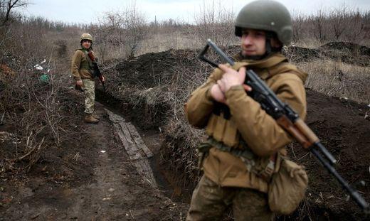 Ukrainische Soldaten auf Patrouille. Die Lage in der Ostukraine hat sich nach russischen und ukrainischen Truppenbewegungen verschärft