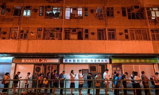 Vor den Wahllokalen in Hongkong bildeten sich am Sonntag lange Warteschlangen