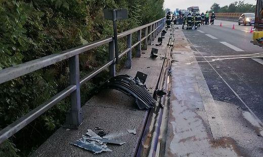 Die Leitschiene wurde bei dem Unfall weggerissen