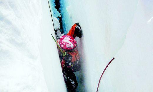 Der Spanier blieb an einer Schneebrücke in fünf Metern Tiefe stecken