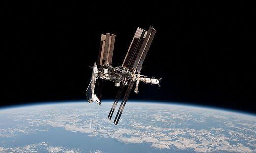 Die ISS, als sie von einem der mittlerweile längst in Pension geschickten Space Shuttles bekam