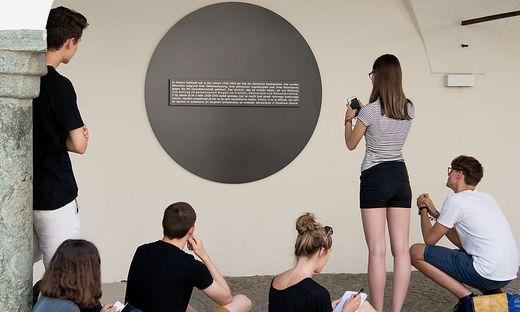 Schüler setzen sich mit dem Gedenkstein im Klagenfurter Burghof auseinander. Erinnerungsorte sind in Kärnten vielerorts zu finden