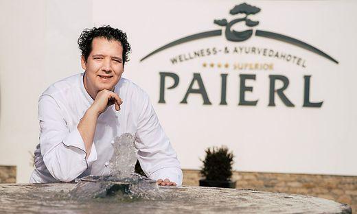 Markus Lengauer vor dem Paierl-Logo