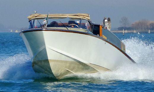 Vom Motorboot der FF Bodensdorf wurde die Frau bis zur nächstgelegenen Bootsanlegestelle gebracht