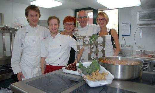 Kochkünstler Peter Troißinger mit seinem Team: Sohn Peter, Jungkoch Stefan Unger, Gattin Gabriele und Tochter Anna.