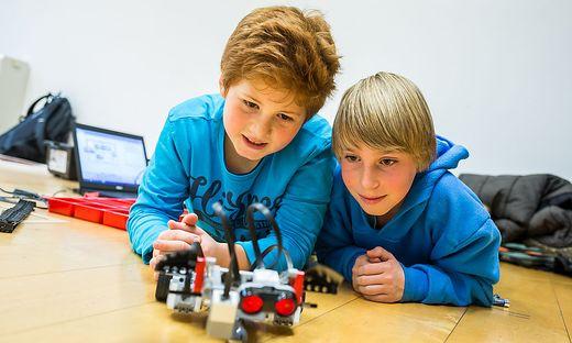Tim (links) und Julian bastelten am vergangenen Freitag über drei Stunden an ihrem Roboter aus Lego