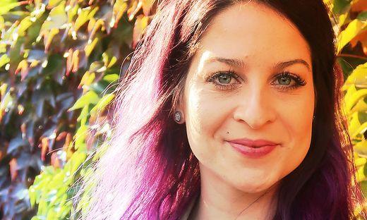 Mit ihren violetten Haaren hebt sich Bianca Holzmann von ihren Schlagerkollegen ab