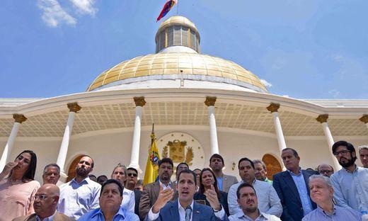 Venezuelas Interimspräsident Juan Guaido bei einer Pressekonferenz vor der Nationalversammlung in Caracas.
