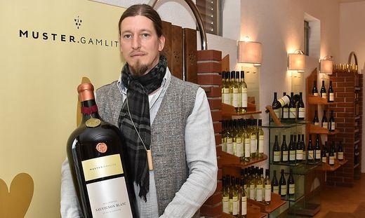 """Reinhard Muster mit seinem hochdekorierten Paradewein """"Sauvignon Blanc Grubthal"""""""