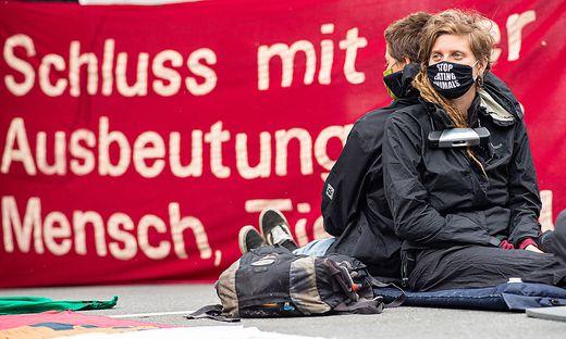 Aktivisten besetzten Tönnies-Schlachthof in Deutschland