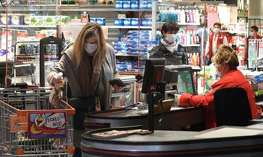 Mitarbeiter im Lebensmittelhandel berichten, dass manche Kunden sich negativ verhalten.