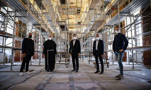 Baustellenbesichtigung: Architekt Gerhard Wallner, Pater Petru Farcas, Bürgermeister Siegfried Nagl, Kuratoriumsvorsitzender Hans Sünkel und Architekt Roland Heindl