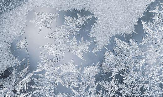 Fast nur noch Erinnerung: Eisblumen, die morgens an den Fensterscheiben wuchern.