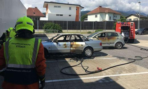 Auf einem Parkplatz fing das Auto Feuer