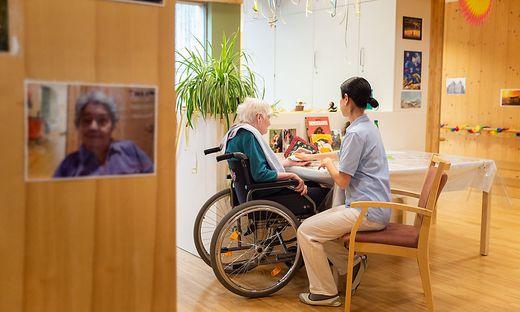 Pflegerinnen und Pfleger wissen häufig nicht, wie sie mit der täglichen Arbeit überhaupt fertig werden sollen
