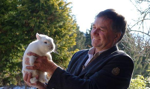 Manfred Gaugusch mit seinem Weltmeister-Kaninchen