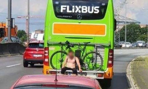 Da machte die Polizei große Augen: Mann fuhr am Fahrradgepäckträger eines Flixbusses mit