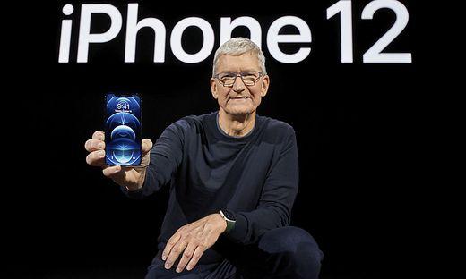 Tim Cook mit dem iPhone 12