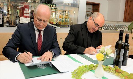 Landesart Johann Seitinger und Diözesanbischof Wilhelm Krautwaschl bei der Unterzeichnung des Pachtvertrages