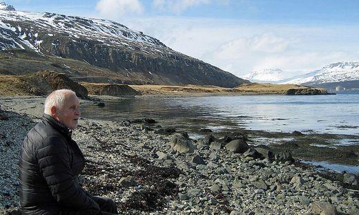 Jón, der Ehemann von Marlín Meirlaen, taucht in malerischer Natur in jene Stille, die es in Island nun mehr denn je zuvor gibt, ein