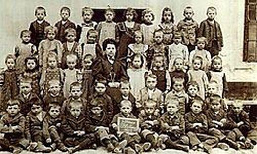 Schöne Schürzchen und Nagelschuhe fürs Foto: Trotzdem wirken diese Bleiberger Volksschüler von 1911 nicht sehr glücklich