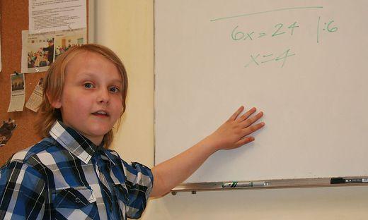 Beim Rechnen an der Tafel lebt er auf: Daniel Wagner liebt Mathematik. Besonders Algebra liegt ihm am Herzen