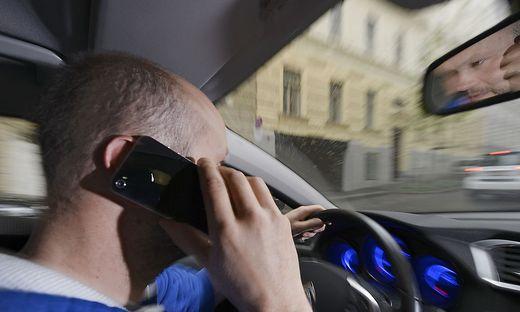 Ständiges Telefonieren ist schädlich - und im Auto ohnehin verboten