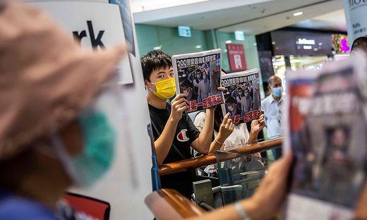 """Aus Protest gegen die Festnahme des Medienmoguls Jimmy Lai und anderer Aktivisten haben Hongkonger am Dienstag massenhaft die Tageszeitung """"Apple Daily"""" gekauft"""