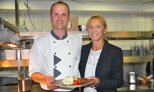 Der neue Küchenchef Thomas Dohr serviert mit Hoteldirektorin Renate Pein köstliche Käsnudel