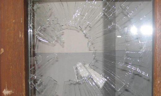 Die Täter schlugen mit einem Vorschlaghammer die Eingangstüre ein
