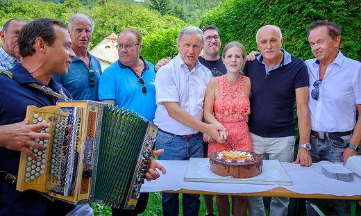 """Peter Urdl schnitt gemeinsam mit Silvia Schmitt """"Arnies"""" Torte an"""
