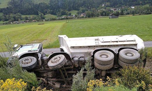 Der Lkw musste geborgen werden, Öl musste gebunden werden