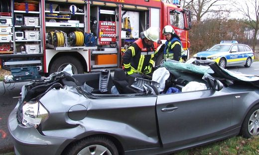 Baum stürzt auf Auto - Fahrer tot