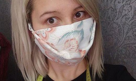 Jasmin Hirschmann mit einer Schutzmaske aus Vorhangstoff