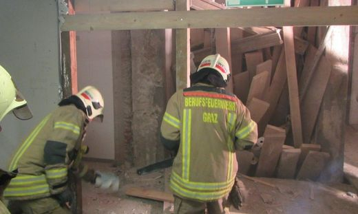 Der Arbeiter war unter Schaltafeln, Trägern und Verstrebungen begraben
