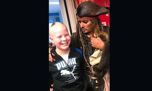 Johnny Depp mit einem kleinen Patienten