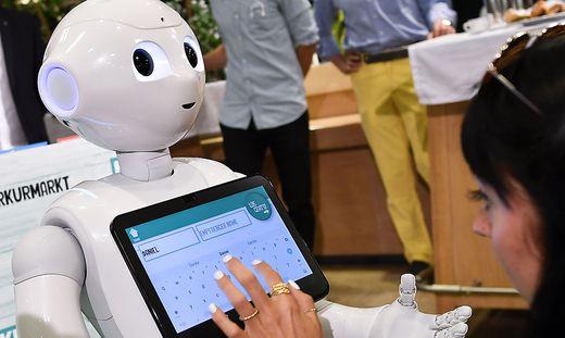 Der Roboter Pepper informiert über Angebote
