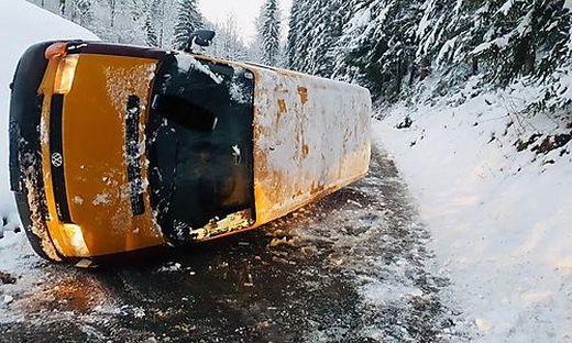 Die Freiwillige Feuerwehr Krieglach bekam es mit einem umgekippten Auto zu tun