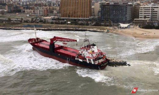 Vor Bari ist dieses Schiff wegen der Stürme auf Grund gelaufen