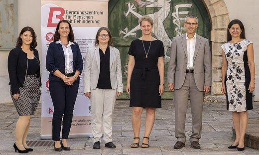 Die Beraterinnen des Beratungszentrums Obersteiermark Ost mit Bereichsleiterin Monika Klaffenböck, Behindertenanwalt Siegfried Suppan und Soziallandesrätin Doris Kampus (v. l.)