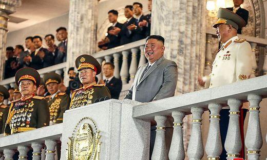 Kim war von ordengeschmückten Generälen umgeben - als die Raketen vorbeirollten, lächelte und lachte er