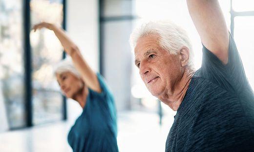 Schon drei einfache Übungen können helfen, Schultern, Hüften und Rücken beweglich zu halten.
