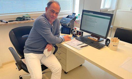 Allgemeinmediziner Wolfgang Heschl in seiner Ordination in Wettmannstätten