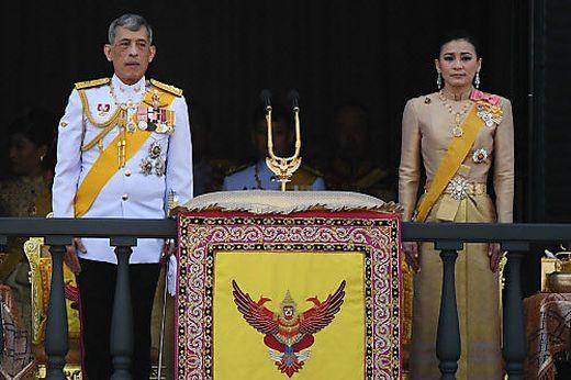 """Das thailändische Königspaar. Die """"Snoopy""""-Fingernägel von Suthida Tidjai sind auf dem Foto leider nicht zu sehen"""