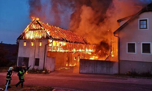 ++ HANDOUT ++ NIEDERÖSTERREICH: LEER STEHENDER STALL IM BEZIRK MELK IN FLAMMEN AUFGEGANGEN
