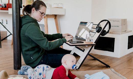 Besonders für Frauen mit Kindern stellt Homeoffice eine Herausforderung dar.