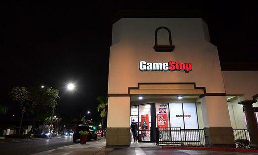 In den vergangenen Wochen hatten Kleinanleger mit dem gezielten Kauf von Aktien des US-Videospielehändlers GameStop und anderen Firmen Hedgefonds gezwungen, ihre Wetten auf den Verfall dieser Papiere aufzulösen.